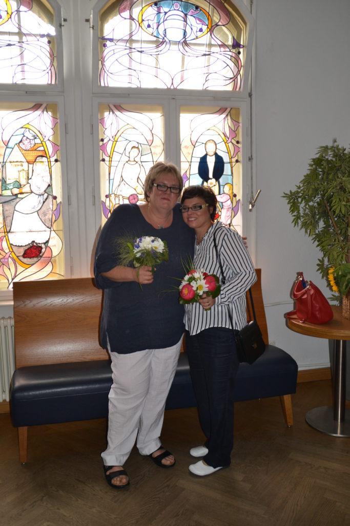 Hochzeitsrednerin Petra-Maria Popp mit dem glücklich frisch vermählten Paar