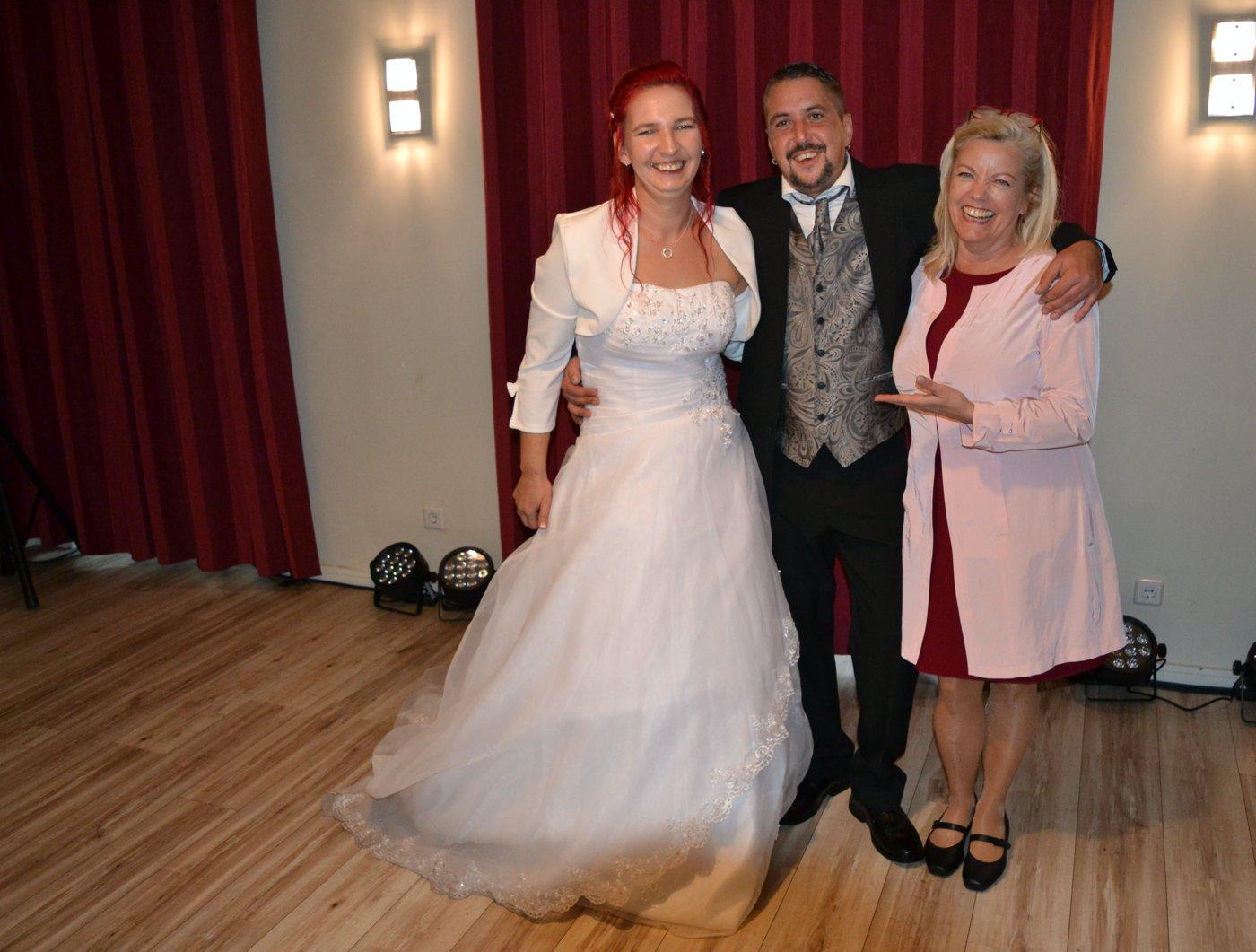 Hochzeitsrednerin Petra-Maria Popp gemeinsam mit dem Brautpaar Antje und Ronny