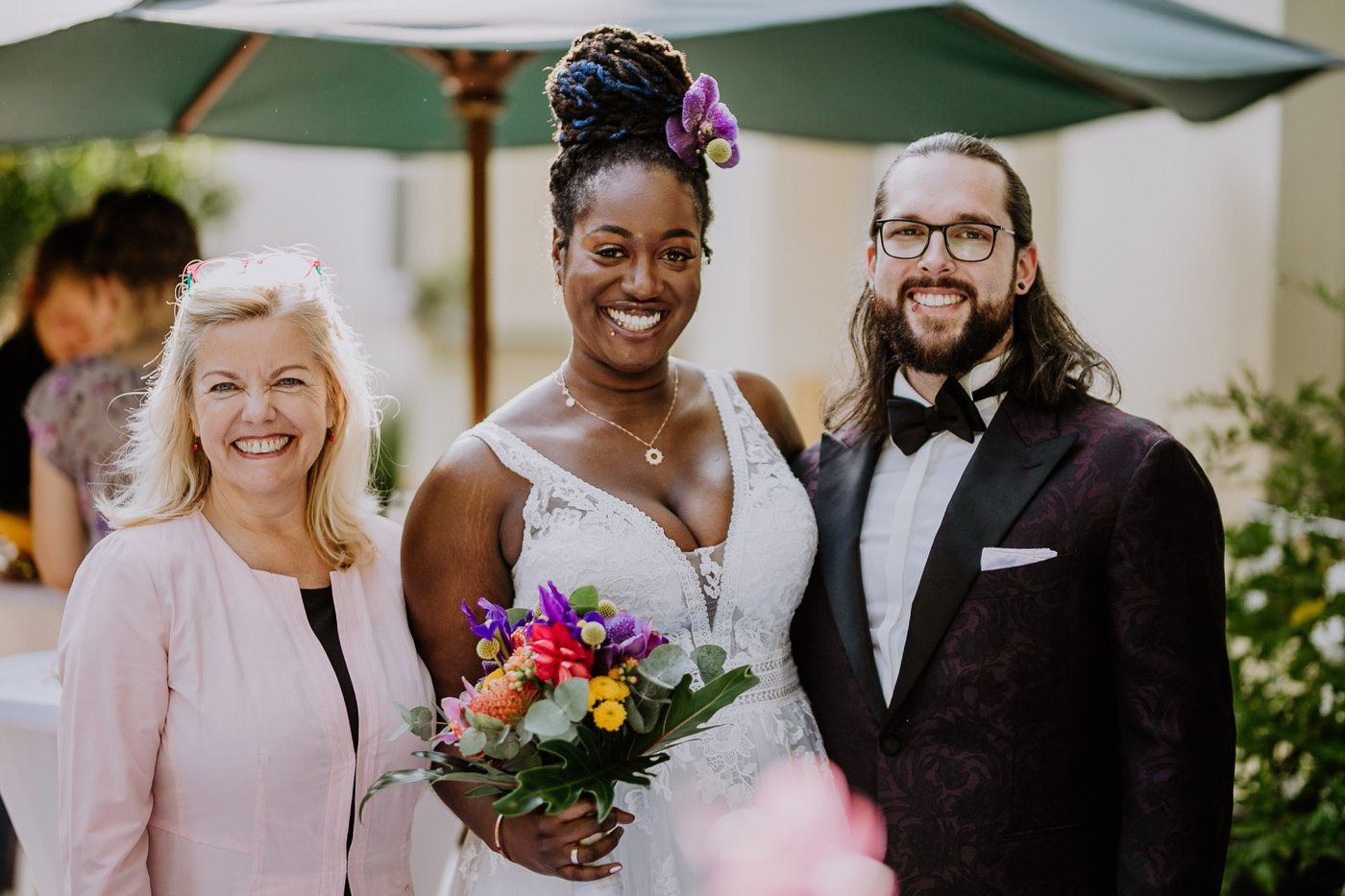 Ehepaar Jacqueline und Stephan mit Hochzeitsrednerin Petra-Maria Popp